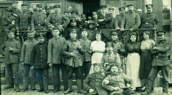 Des soldats allemands posent avec le personnel du Café de France, à Avesnes-sur-Helpe