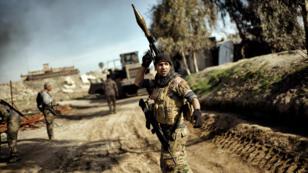 Un membre des forces irakiennes entrées dans Mossoul-Ouest, le 25 février 2017.