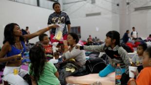 Los migrantes de la caravana permanecen en un centro deportivo que actualmente se usa como refugio temporal en Tijuana, México, el 16 de noviembre de 2018.