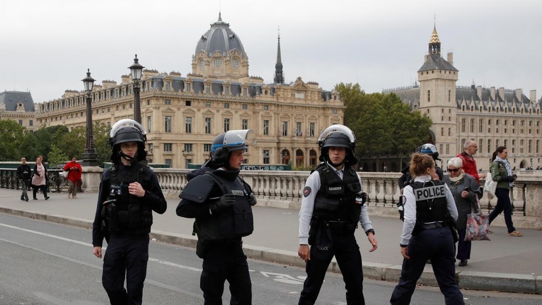 كيف أفلت منفذ الاعتداء في مركز شرطة باريس من المراقبة وهل سرب معلومات سرية؟
