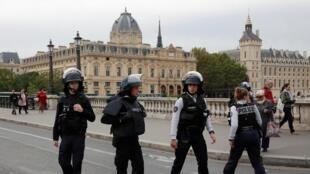 الشرطة الفرنسية تقوم بتأمين منطقة مقر شرطة باريس بعد الهجوم. 3 أكتوبر/تشرين الأول 2019.