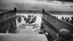 Un vehículo militar anfibio estadounidense debarcando tropas de la Compañía E del 16º regimiento de infantería de la 1ª División de Infantería Americana, en la mañana del 6 de junio de 1944 en Omaha Beach.