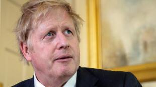 صورة موزعة من الحكومة البريطانية لرئيس الوزراء بوريس جونسون أثناء كلمته مع خروجه من مشفى سانت توماس في 12 نيسان/ابريل 2020