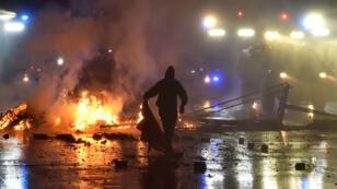 المتظاهرون في هامبورغ حملوا زجاجات وهاجموا مركبات وأضرموا فيها النيران. 2017/07/08