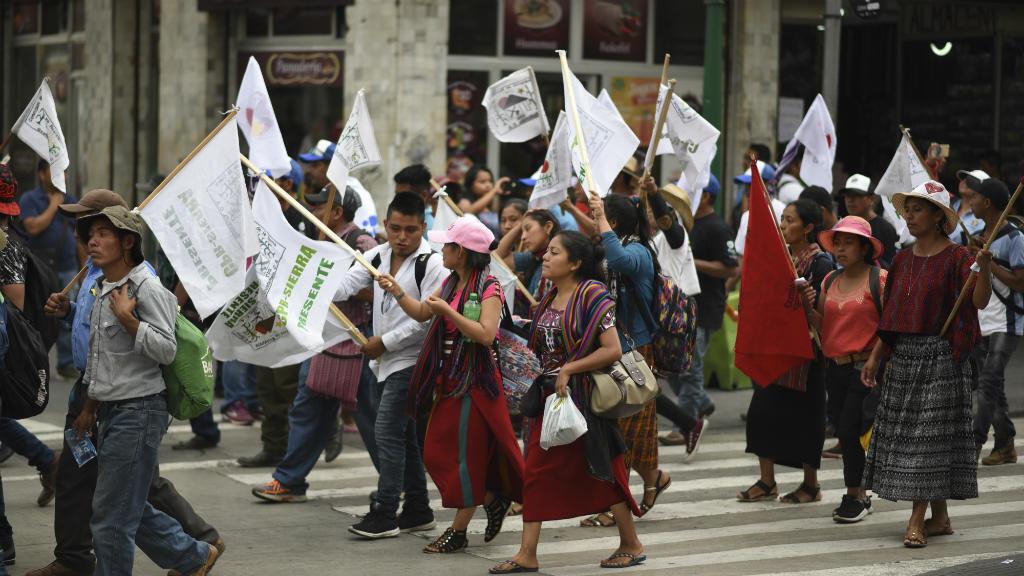 Cientos de indígenas, campesinos y activistas se manifiestan en las calles de Ciudad de Guatemala exigiendo el fin de la corrupción y la persecución de los líderes políticos en el marco de una campaña de elecciones presidenciales, el 8 de mayo de 2019.
