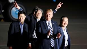Los tres estadounidenses que fueron rehenes en Corea del Norte saludan emocionados al lado del presidente de Estados Unidos, Donald Trump, al llegar a la Base Conjunta Andrews, Maryland, EE. UU., el 10 de mayo de 2018.