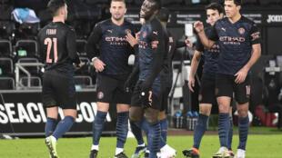 لاعبو مانشستر سيتي يحتفلون بالهدف الاول في مرمى سوانسي سيتي (3-1) في ثمن نهائي مسابقة كأس الاتحاد الانكليزي في العاشر من شباط/فبراير 2021.