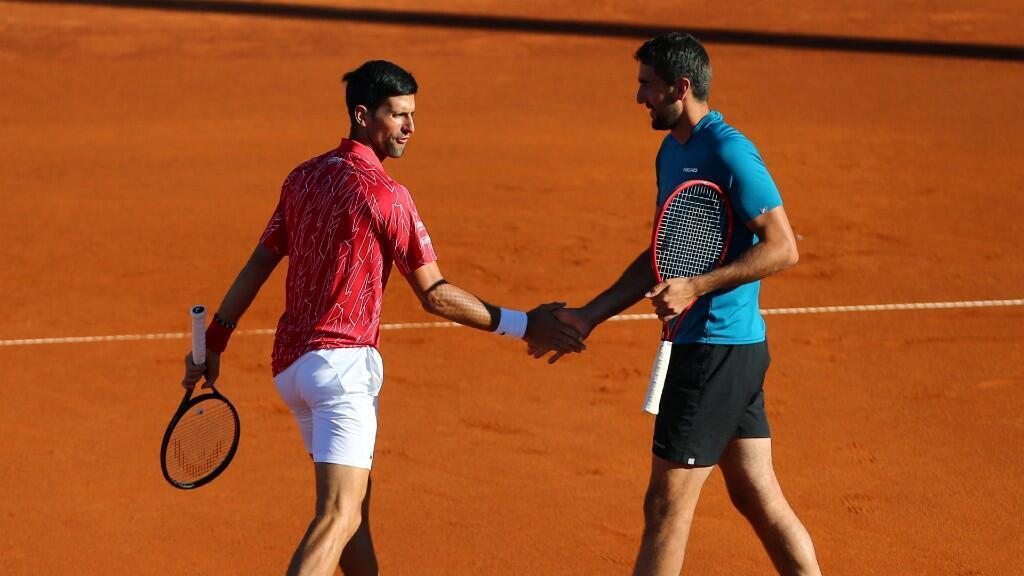 """Los tenistas Novak Djokovic y Marin Cilic se saludan durante un encuentre del """"Adria Tour"""", el 19 de junio de 2020 en Belgrado, Serbia."""