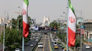 صورة لجادة أزادي في العاصمة الإيرانية طهران بتاريخ 20 نيسان/ابريل 2021
