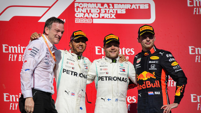 El diseñador de Mercedes, James Allison; el piloto Lewis Hamilton junto a su compañero Valtteri Bottas; y el piloto de Red Bull, Max Verstappen; posan el 3 de noviembre de 2019 en el podio del Gran Premio de EE. UU.
