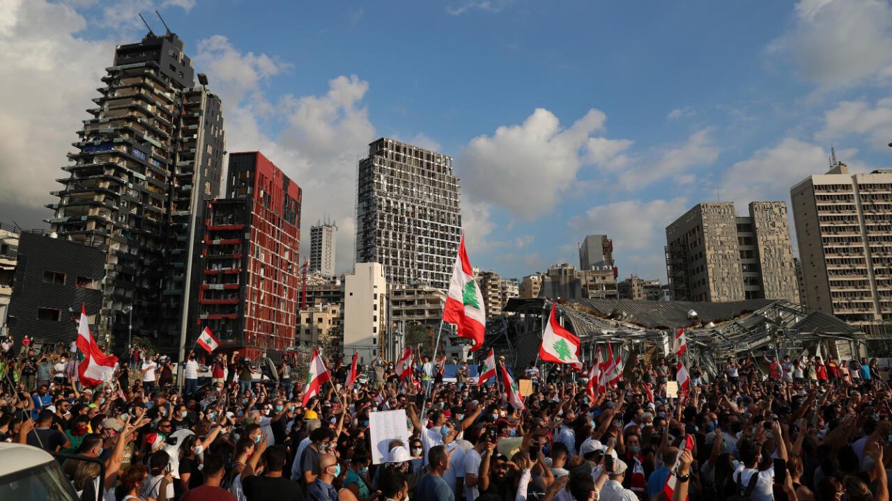 Manifestantes protestan en una de las zonas más afectadas de Beirut, Líbano, el 11 de agosto de 2020, a una semana de la explosión en el puerto y un día después de la renuncia del primer ministro Hassan Diab.