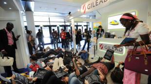 Des membres de l'association Act Up manifestent dans les locaux de Gilead contre le prix du traitement contre l'hépatite C, le 29 avril 2014, à Montpellier.