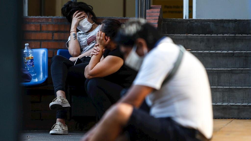 Un grupo de personas espera este 20 de abril de 2020 a las afueras del Hospital Cosme Argerich en Buenos Aires, Argentina para ser atendido en medio de la pandemia por Covid-19.