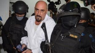 Serge Atlaoui, escorté par des commandos indonésiens, se rendant à une audition en mars 2015, dans la banlieue de Jakarta.