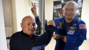 El astronauta de la NASA Scott Kelly y su hermano gemelo Mark, posan después de una conferencia de prensa en el cosmódromo de Baikonur, el 26 de marzo de 2015.