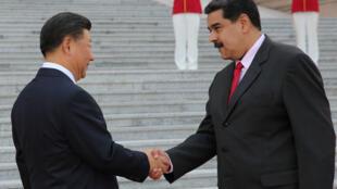 El presidente de China, Xi Jinping, y el presidente de Venezuela, Nicolás Maduro, se dan la mano durante su ceremonia de bienvenida en Beijing, China, el 14 de septiembre de 2018.