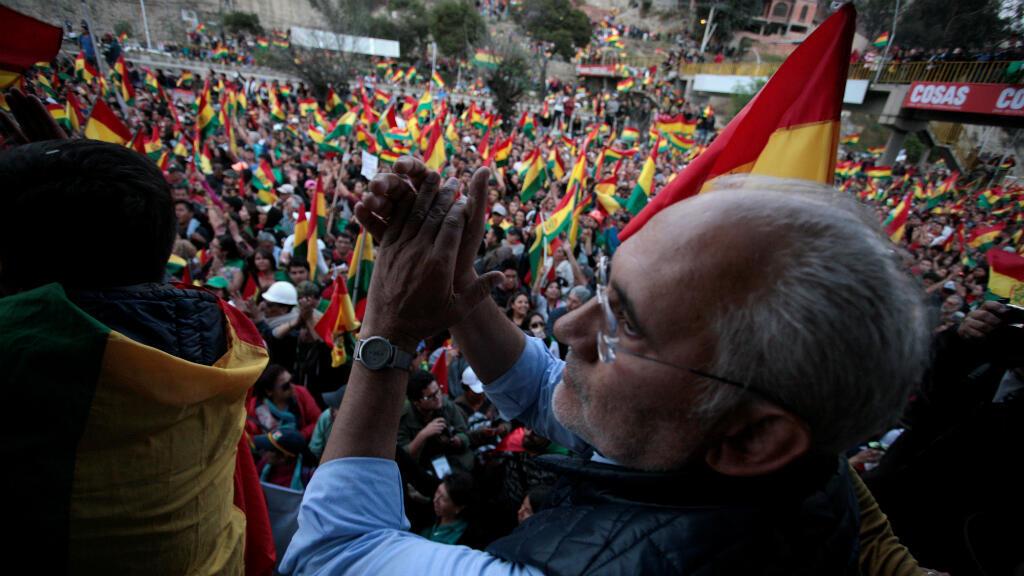 El opositor Carlos Mesa aplaude a sus simpatizantes durante un mitin en La Paz, Bolivia, el 28 de octubre de 2019.