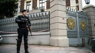 عنصر من قوة مكافحة الشغب التركية أمام القنصلية الألمانية في إسطنبول في 17 آذار/مارس 2016