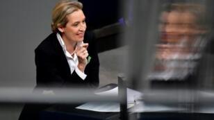 القائدة المشاركة للكتلة البرلمانية لحزب البديل لألمانيا لدى إلقائها لخطاب في البرلمان الألماني في 21 تشرين الثاني/نوفمبر 2018