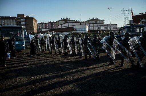 قوات مكافحة الشغب التركية  27 ديسمبر 2016 استعدادا لبدء محاكمة متهمين بالمشاركة في الانقلاب