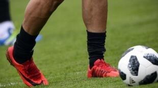 Los zapatos del delantero iraní Mehdi Taromi durante una sesión de entrenamiento en Bakovka cerca de Moscú, el 12 de junio de 2018.