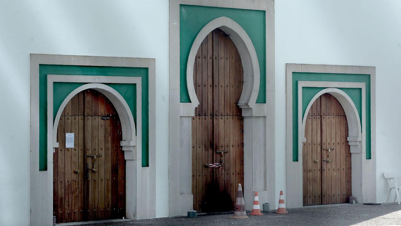 Les traces de la tentative d'incendie étaient toujours visibles, mardi 29octobre, sur la porte de la mosquée de Bayonne.