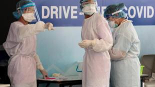 Unas sanitarias preparan el material para realizar tests de coronavirus COVID-19 el 25 de marzo de 2020 en el Hospital Vibhavadi de Bangkok