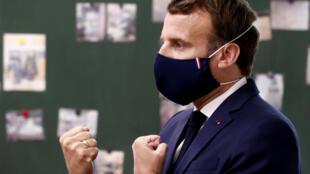 Le président Emmanuel Macron dans une école de Poissy (Yvelines) le 5 mai 2020