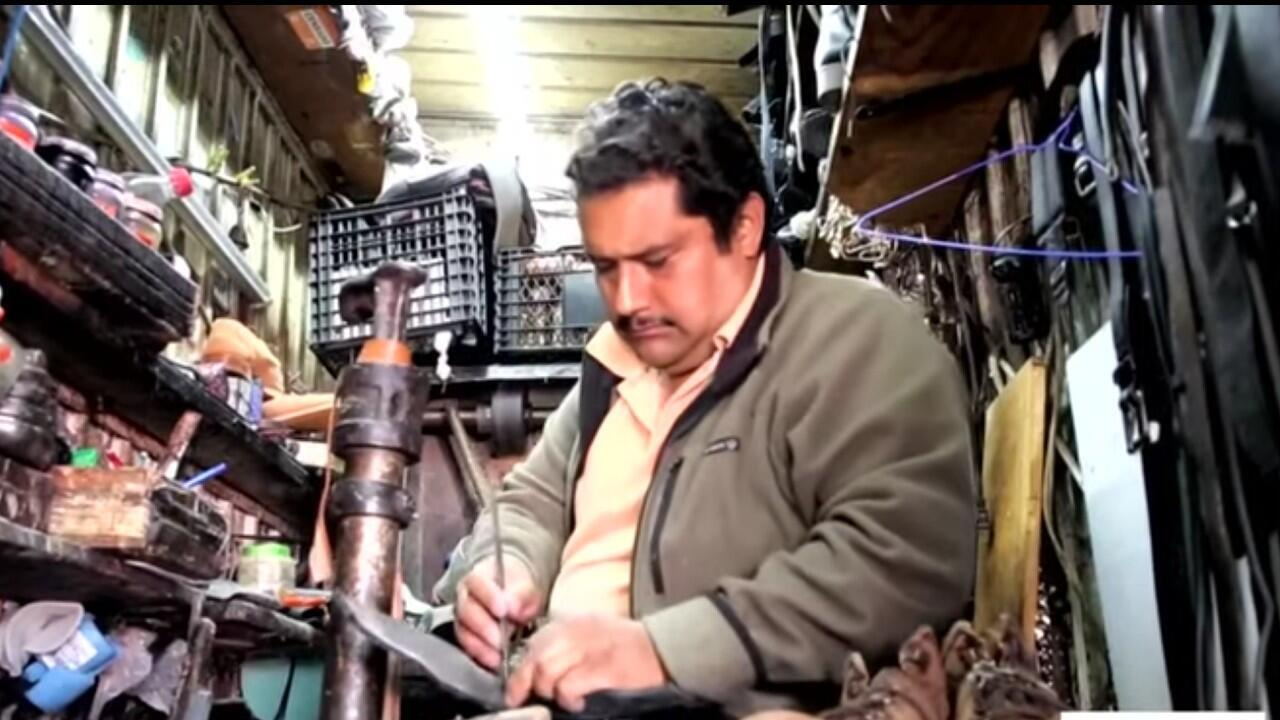 Un remendador de zapatos intenta mantener vivo su negocio durante la crisis de Covid-19 en Ciudad de México, México.