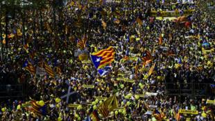 """""""Liberté pour les prisonniers politiques"""", criaient le 15 avril des milliers de manifestants massés sur l'avenue Paralel, en soutien aux dirigeants indépendantistes catalans placés en détention provisoire."""