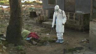 La zone entourant une victime d'Ebola est méticuleusement désinfectée