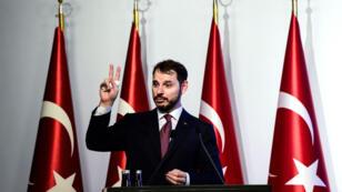 Le ministre turc des Finances, Berat Albayrak, s'exprime durant la présentation des annonces de sa politique économique à Istanbul, le 10 août 2018.