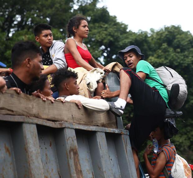 Migrantes hondureños parten de una caravana que intenta llegar a los Estados Unidos se sube a un camión durante una nueva etapa de su viaje a Zacapa, Guatemala, el 17 de octubre de 2018.
