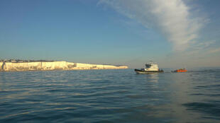 Cada vez más refugiados arriesgan sus vidas en pequeñas embarcaciones entre Francia y Reino Unido...