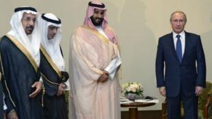 Vladimir Poutine (à d.) a reçu le ministre saoudien de la Défense, le prince Mohammed ben Salmane (2e à d.), le 11 octobre 2015 à Sotchi.