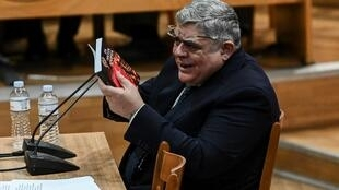 """رئيس حزب """"الفجر الذهبي"""" نيكولاوس ميخالولياكوس يدلي بافادته امام محكمة الجنايات في اثينا في 6 تشرين الثاني/نوفمبر 2019."""