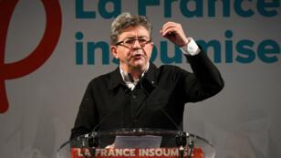 Jean-Luc Mélenchon s'exprimant devant la presse et des militants, dimanche 18 juin, à Marseille.