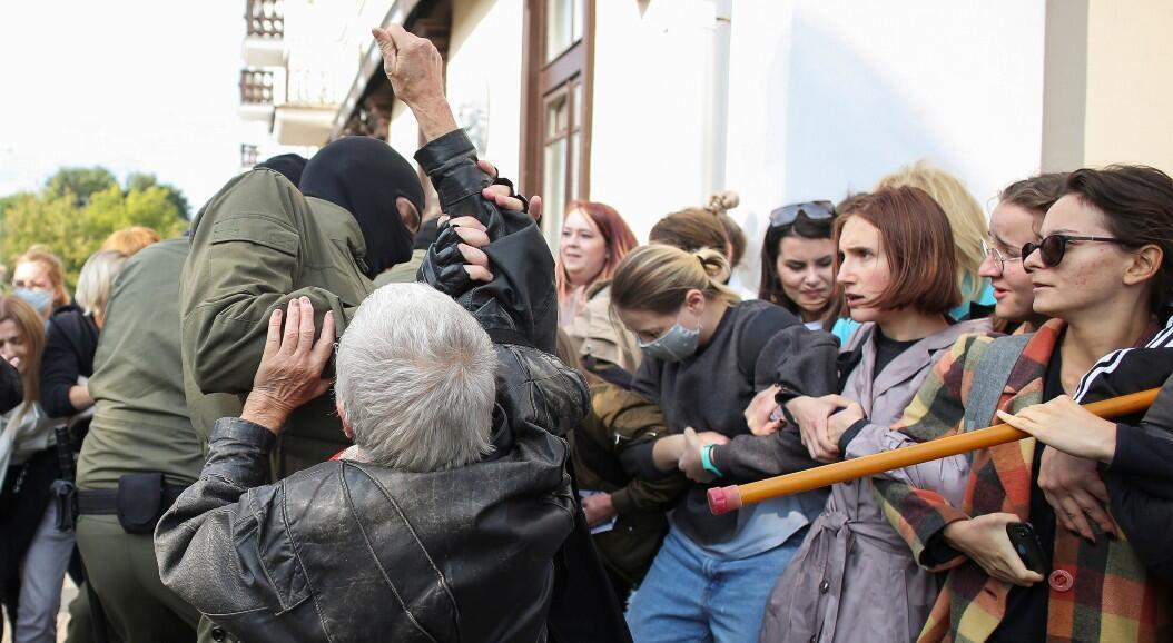 Agentes de ley se enfrentan a manifestantes durante un mitin de mujeres contra el Gobierno, en Minsk, Bielorrusia, el 12 de septiembre de 2020.