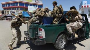 Des militaires afghans patrouillent à Kundunz, le 30 avril 2015.