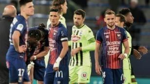 Les joueurs de Caen et d'Angers à l'issue d'une rencontre de Ligue 1 au stade Michel d'Ornano, le 13 avril 2019