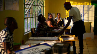 Oficiales electorales ultiman preparativos antes de las elecciones generales.  Embo, cerca de Durban, Sudáfrica, el 7 de mayo de 2019.