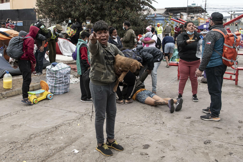 Cuando la policía fue a evacuar a los migrantes, algunos se resistieron.  Se ha informado de una lesión y cinco detenciones