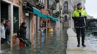 Un officier de police patrouille dans une rue inondée lors d'une nouvelle montée des eaux à Venise, en Italie, le 17 novembre 2019.