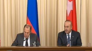 صورة من الفيديو - وزيرا الخارجية التركي (يمين) والروسي