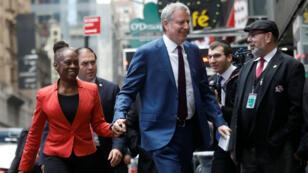 El alcalde de Nueva York , Bill de Blasio y su esposa Chirlane McCray, van camino al programa Good Morning America del canal ABC después de lanzar su campaña para presidencia, en Nueva York, EE. UU., el 16 de Mayo de 2019.