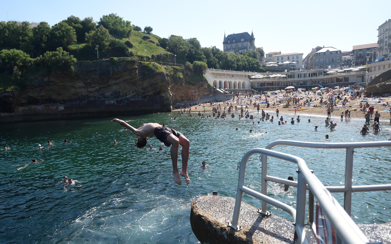 Vista de la playa Port-Vieux de Biarritz, en el suroeste de Francia, el 30 de julio de 2020