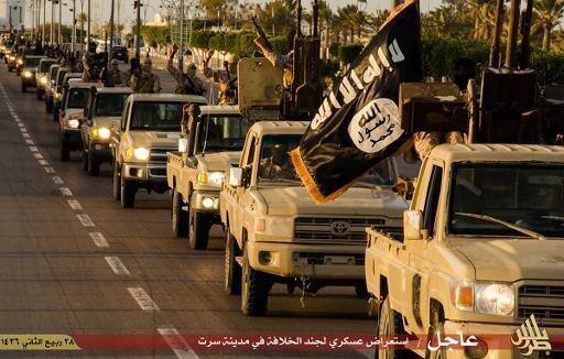 """موكب لتنظيم """"الدولة الإسلامية"""" في سرت في ليبيا 18 فبراير/شباط 2015"""