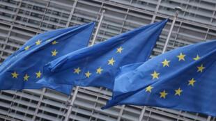 أعلام الاتحاد الأوروبي أمام مقر المفوضية الأوروبية في بروكسل في 7 كانون الأول/ديسمبر 2020