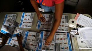 Una delegada del equipo electoral mientras iniciaba el conteo de las papeletas tras el desarrollo de los comicios generales en Ciudad de Panamá, Panamá, el 5 de mayo de 2019.