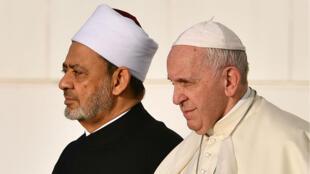 Le pape François en compagnie du grand imam d'Al-Azhar, Ahmed al-Tayeb, à la Grande mosquée d'Abu Dhabi, lundi 4 février 2019.